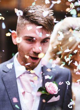Dziewczynki sypiące kwiatki – nowy ślubny trend