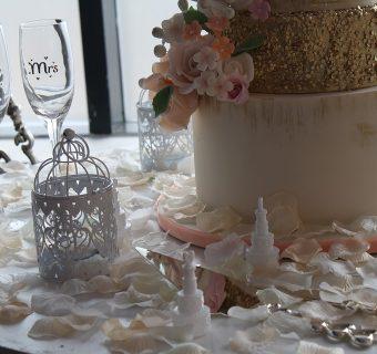 Wielobarwne taśmy klejące – pomysł na tanie weselne dekoracje!