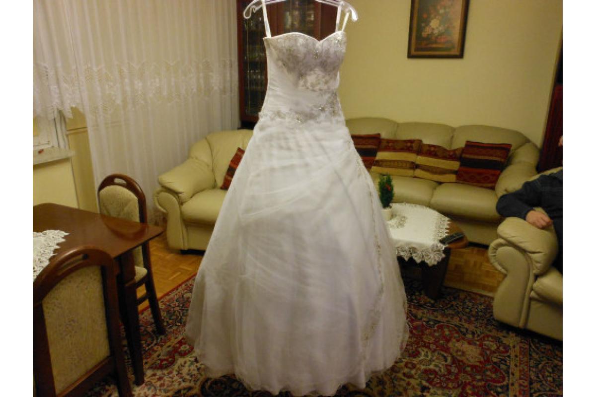 Przepiękna, zdobiona, śnieżnobiała suknia ślubna