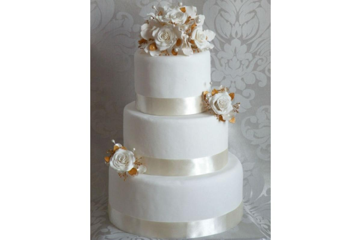 Róże z masy cukrowej do dekoracji tortu