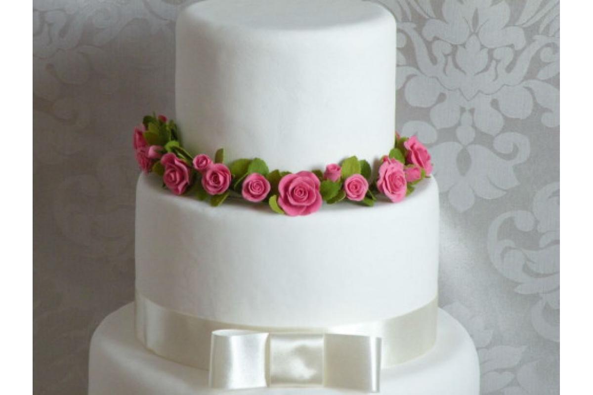 Wianek z róż z masy cukrowej do dekoracji tortu