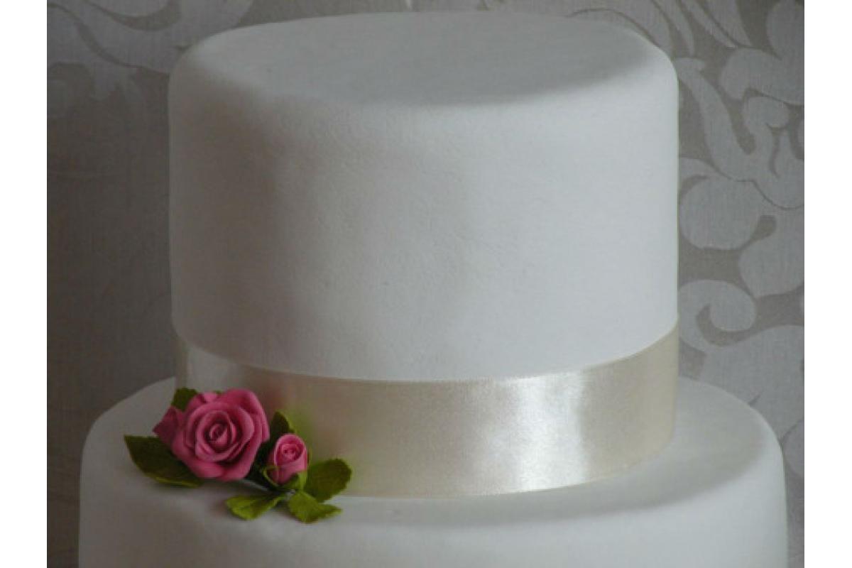 Stroik z róż z masy cukrowej do dekoracji tortu